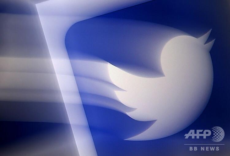 スマートフォンの画面に表示されたツイッターのロゴ(2020年8月10日撮影)。(c)Olivier DOULIERY / AFP