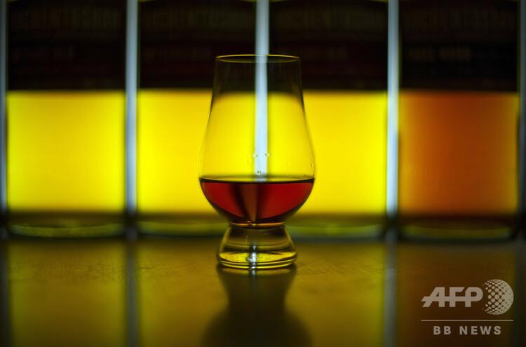 ウイスキーの入ったグラス(2016年12月12日撮影、資料写真)。(c)ANDY BUCHANAN / AFP