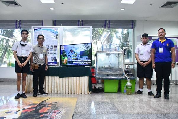 蘭の産地である高校から応募された、IoT温室のプロジェクト。温度制御のコンプレッサーは壊れたエアコンを再利用している。 (写真提供:NSDTA)