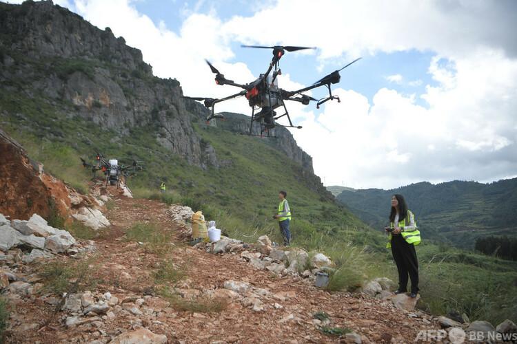 空中植林のため、ドローンを操作している技術者(2020年9月29日撮影)。(c)CNS:劉冉陽
