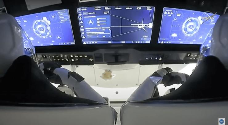 ドッキング寸前のクルードラゴン内の様子(NASA TVより)
