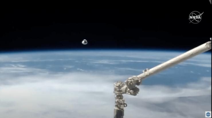 地球を背景にISSに接近するクルードラゴン