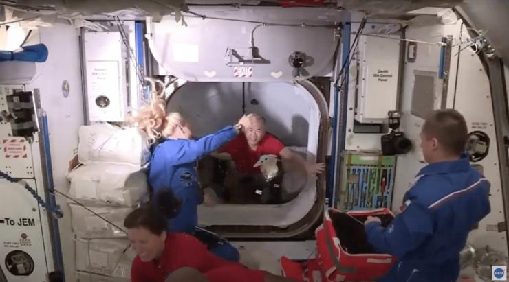 クルードラゴンからISSに移動する野口宇宙飛行士(NASA TVより)