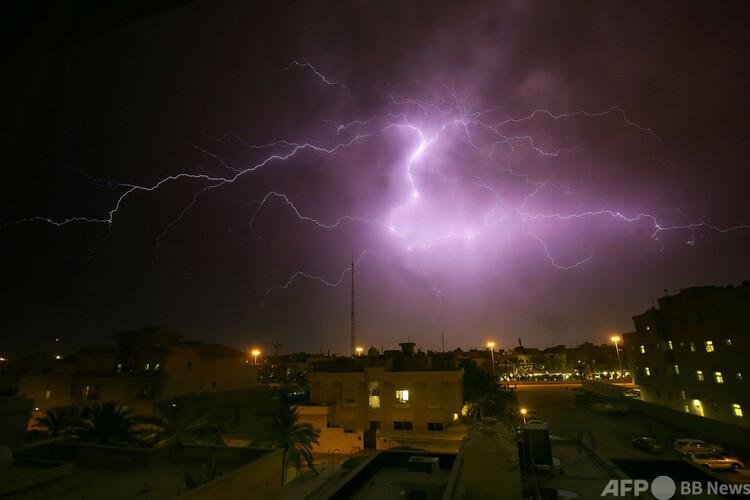 夜空に光る稲妻(2020年4月7日撮影、資料写真)。(c)YASSER AL-ZAYYAT : AFP