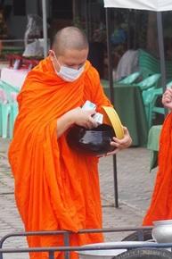 GPSが内蔵された鉢をもって托鉢に回るタイの僧侶。タイの高校生が開発したプロジェクトだ。 (写真提供:NSTDA タイ国立科学技術開発庁)