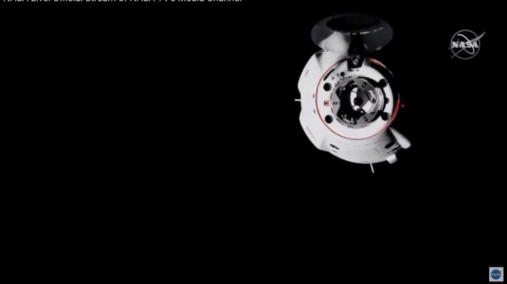 ISSのカメラが捉えたドッキング前のクルードラゴン(NASA TVより)
