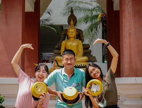 タイの学生デザインエンジニアリングコンテストにおいて「お坊さんにGPS」で受賞した高校生たち (写真提供:NSDTA)
