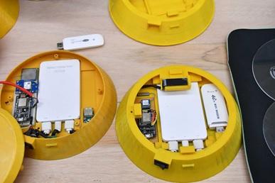 スマホアプリでお坊さんの位置を見ることができる。3Dプリンタでできた筐体も、無線通信の仕組みも見事だ。(写真提供:NSDTA)
