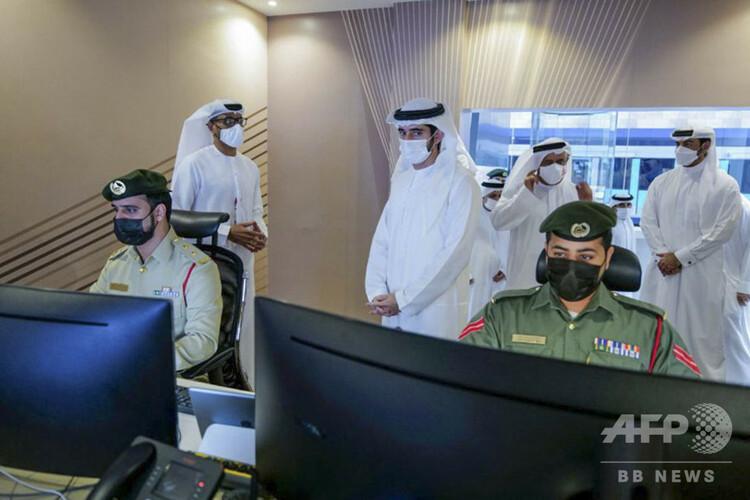 アラブ首長国連邦・ドバイの鉄道駅で、顔認識システムを用いた襲撃犯特定訓練を視察するハムダン・ビン・ムハンマドム皇太子(中央)。首長国通信(WAM)提供(2020年10月25日撮影)。(c)AFP PHOTO / HO / WAM