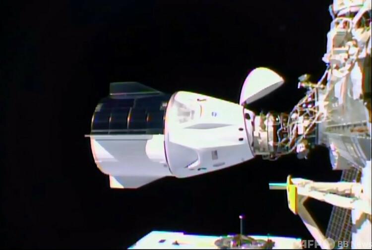 国際宇宙ステーションにドッキングした米宇宙開発企業スペースXの有人宇宙船クルードラゴンを捉えた米航空宇宙局(NASA)TVの映像の一場面(2020年11月16日撮影)。(c) NASA TV / AFP