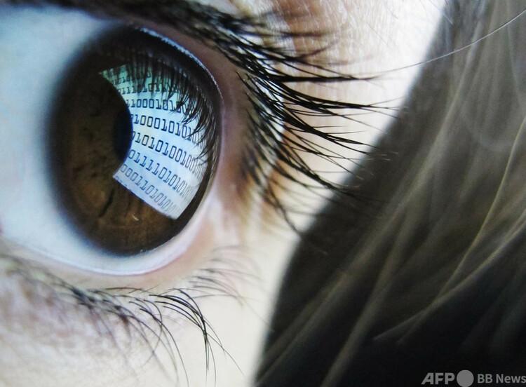 女性の目(2012年10月22日撮影、資料写真)。(c)LEON NEAL : AFP