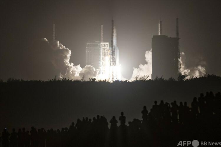中国海南省の文昌発射場で、無人月面探査機「嫦娥5号」を搭載し打ち上げられたロケット「長征5号」(2020年11月24日撮影)。(c)STR : AFP