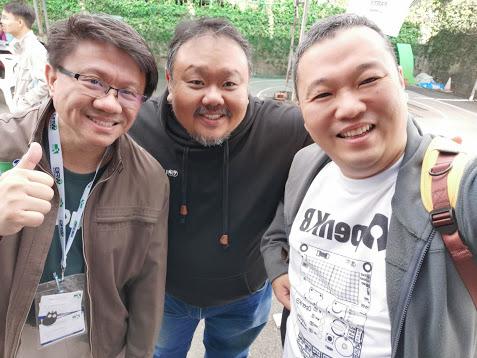 チェンマイメイカーパーティ2019にて。左からKidbrightハードウェアの互換ボードを製造しているバンコクのチャイワット、中央がシンガポール:マレーシアのウィリアム、右が筆者。互換ボードOpen KBのTシャツをもらった