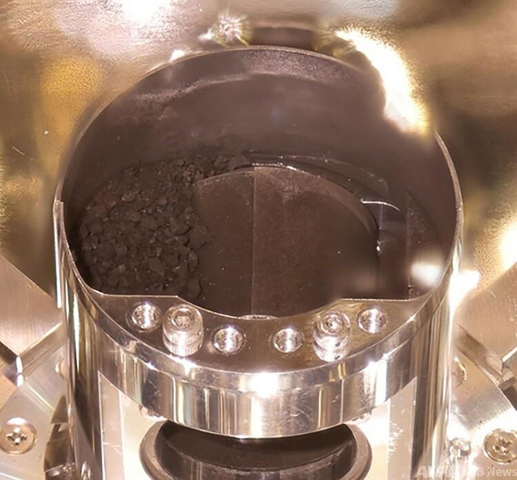 探査機「はやぶさ2」が持ち帰った小惑星リュウグウの試料。宇宙航空研究開発機構(JAXA)提供(2020年12月15日公開)。(c)AFP PHOTO : JAXA