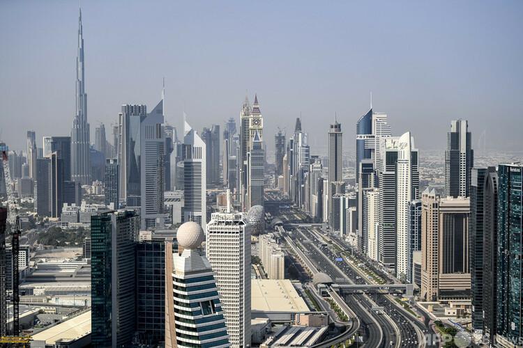 アラブ首長国連邦・ドバイの高層建築群と幹線道路(2020年7月8日撮影、資料写真)。(c)KARIM SAHIB : AFP