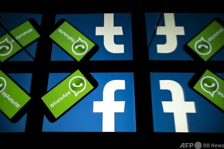 フェイスブックとワッツアップのロゴ(2020年10月5日撮影)。(c)Lionel BONAVENTURE : AFP
