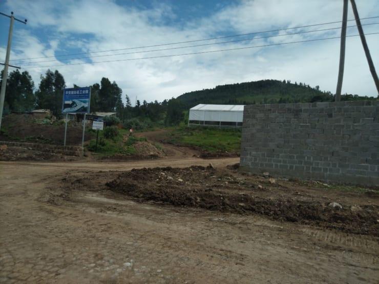 エチオピア郊外にある中国資本の工場へ至る道。新興国の道路事情は劣悪な場合が多い