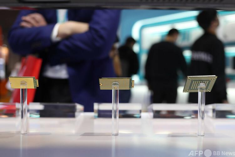 上海で開催された第3回中国国際輸入博覧会で、国際的な半導体チップメーカーが最新の設備や商品を展示した(2020年11月8日撮影、資料写真)。(c)CNS:張亨偉