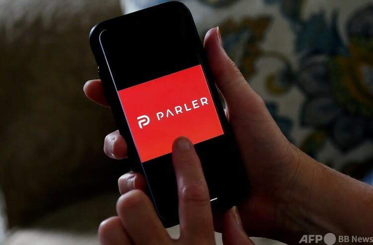 スマートフォンに映し出されたSNSアプリ「パーラー」のロゴ(2020年7月2日撮影)。(c)Olivier DOULIERY : AFP