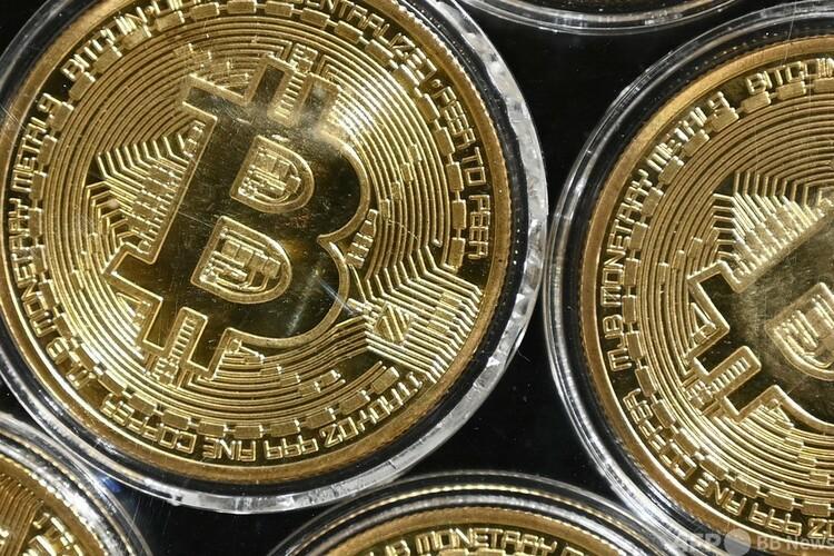 ビットコインのデザインを使用したコイン(2020年9月24日撮影、資料写真)。(c)Ozan KOSE : AFP