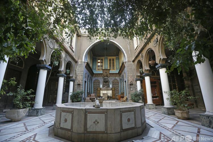 シリア首都ダマスカス旧市街にある歴史的建造物の中庭(2020年11月18日撮影)。(c)LOUAI BESHARA : AFP