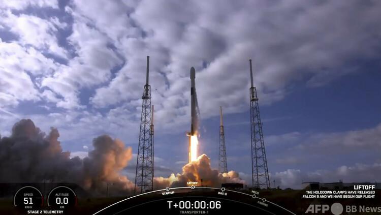 米フロリダ州のケープカナベラル空軍基地から打ち上げられるスペースXのロケット「ファルコン9」。スペースX提供の動画より(2021年1月24日入手)。(c)AFP PHOTO :SPACEX:HANDOUT