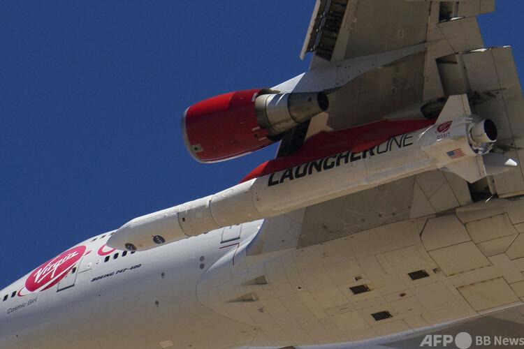 ロケット「ランチャー・ワン」を翼の下に取り付けて、米カリフォルニア州のモハベ宇宙港を離陸したボーイング747型機「コズミック・ガール」(2021年1月17日撮影)。(c)Patrick T. FALLON / AFP