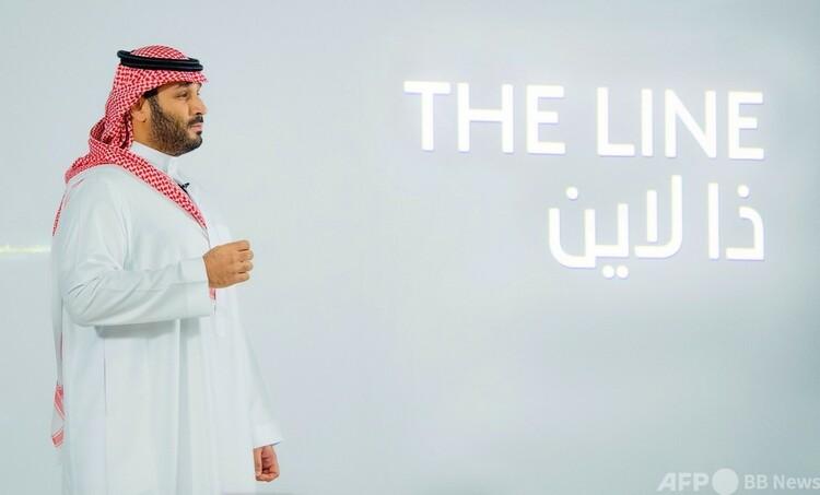 サウジアラビアで、エコシティー「THE LINE」について説明するムハンマド・ビン・サルマン皇太子。サウジ王室提供(2021年1月10日提供)。(c)AFP PHOTO / SAUDI ROYAL PALACE / BANDAR AL-JALOUD