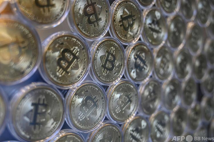 ビットコインをイメージした装飾品。トルコ・イスタンブールの両替店で(2020年9月24日撮影、資料写真)。(c)Ozan KOSE / AFP