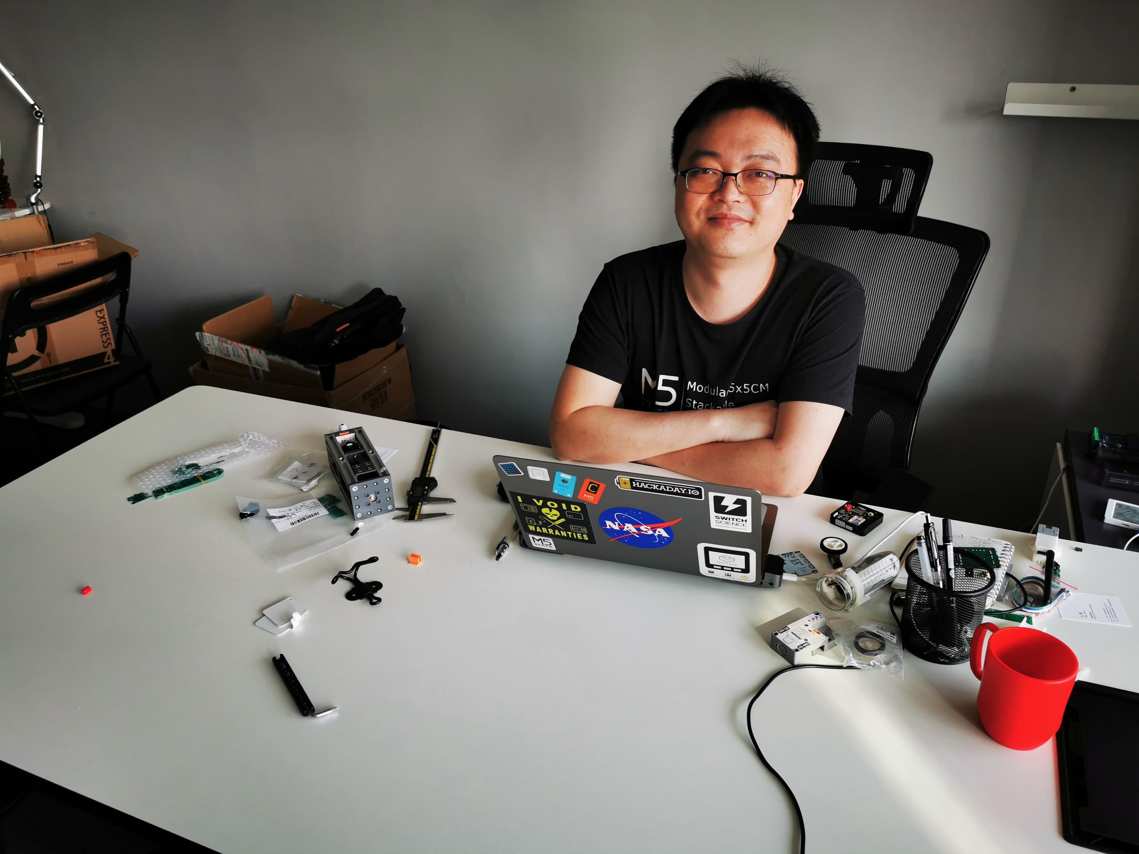 M5Stack社CEOのジミー・ライ。製品の80%近くは彼のアイデアからという発明家でもある