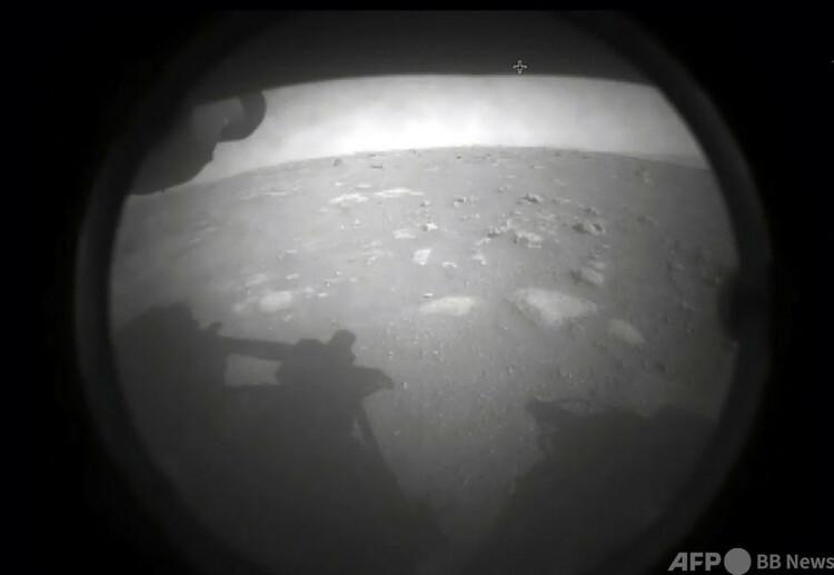 火星に着陸した米航空宇宙局(NASA)の火星探査車「パーサビアランス」が送信した火星地表の画像(2021年2月18日撮影)。(c)AFP PHOTO : NASA:HANDOUT