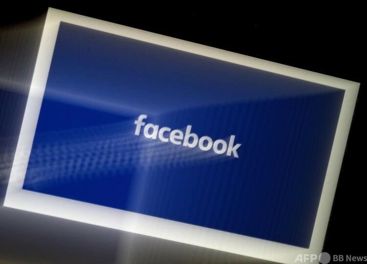 米フェイスブックのロゴ(2020年3月25日撮影)。(c)Olivier DOULIERY : AFP