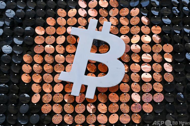 ビットコインのロゴ(2021年1月8日撮影、資料写真)。(c)NICOLAS TUCAT : AFP