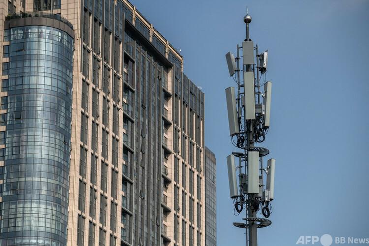 第5世代(5G)移動通信網の基地局(右、2020年9月24日撮影、資料写真)。(c)NICOLAS ASFOURI : AFP