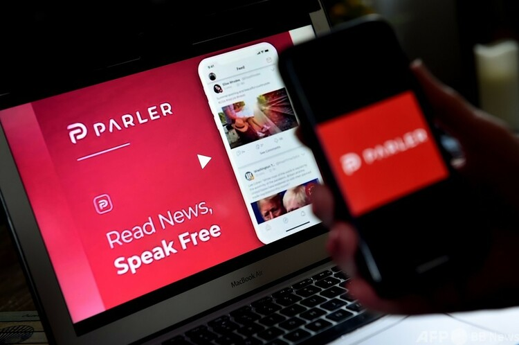 米交流アプリ「パーラー」のロゴ(2020年7月1日撮影)。(c)Olivier DOULIERY : AFP