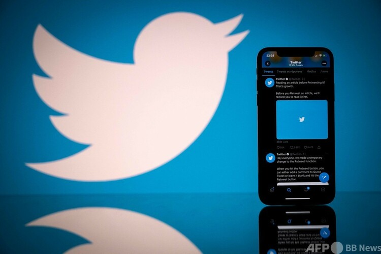 ツイッターのロゴとツイッターアプリを表示するスマートフォン(2020年10月26日撮影)。(c)Lionel BONAVENTURE : AFP