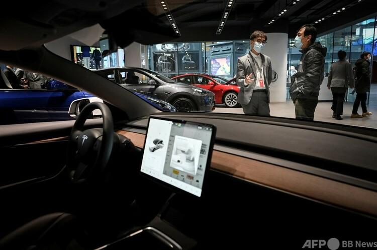 中国・北京にあるテスラのショールームで、テスラ車内に搭載された画面(2021年1月5日撮影、資料写真)。(c)WANG Zhao : AFP