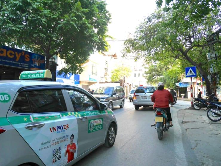 街を行くタクシーにVNPAYの車体広告(ベトナム)