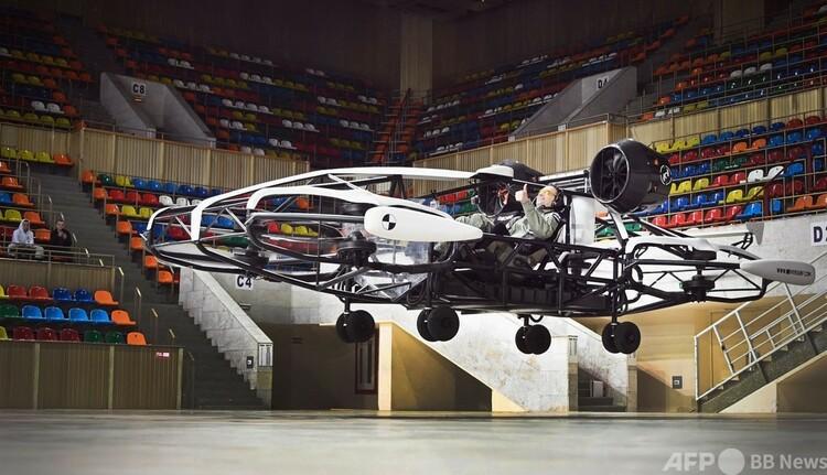 ロシアの首都モスクワで行われた空飛ぶタクシー「ホバー」試作機の試験飛行(2021年3月16日撮影)。(c)Alexander NEMENOV : AFP