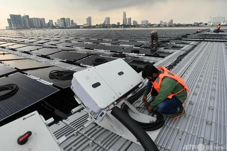 シンガポール北部ジョホール海峡の海上太陽光ファーム(2021年1月22日撮影)。(c)Roslan RAHMAN : AFP