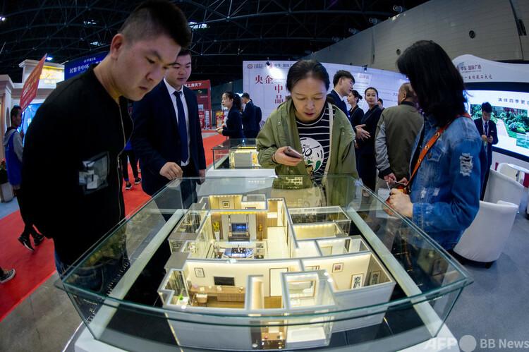 太原房展会で建築模型を眺める人たち(2019年10月11日撮影、資料写真)。(c)CNS:韋亮