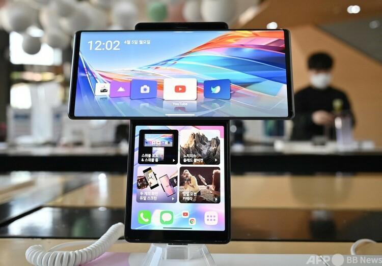韓国ソウルの携帯電話販売店に並べられたLG電子のスマートフォン(2021年4月5日撮影)。(c)Jung Yeon-je : AFP