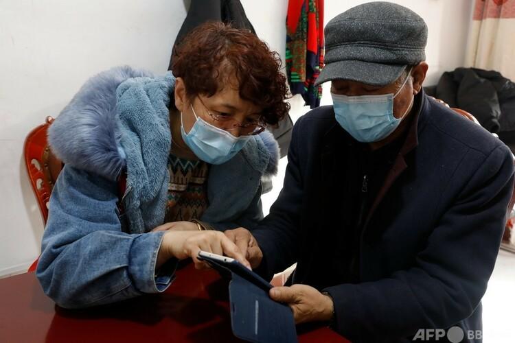 銀川市で高齢者にスマホの使い方を教えるコミュニティスタッフ(2021年2月10日撮影、資料写真)。(c)CNS:楊迪