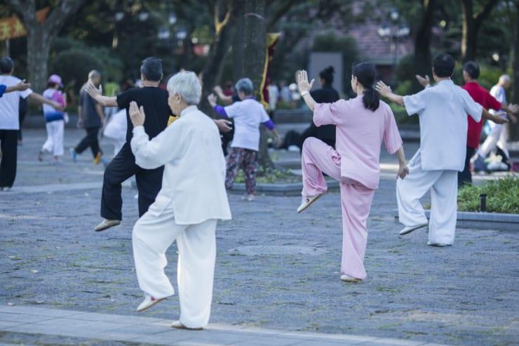 広場で太極拳に励む人たち。平均寿命も着実に伸びている