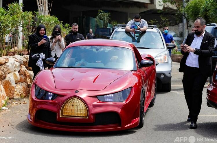 レバノン・ベイルートでお披露目された電気自動車「クドス・ライズ」(2021年4月24日撮影)。(c)ANWAR AMRO : AFP