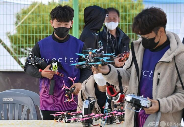 ドローンレースに出場する準備をするカン・チャンヒョン選手。韓国・河東郡で(左、2021年2月28日撮影)。(c)Jung Yeon-je : AFP