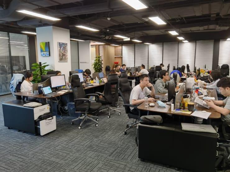 Heroadのオフィス。手前の一番大きいチームがインキュベーション中のJUJUBE。オフィスに飾られている絵の1つも自閉スペクトラム症の画家が描いた作品