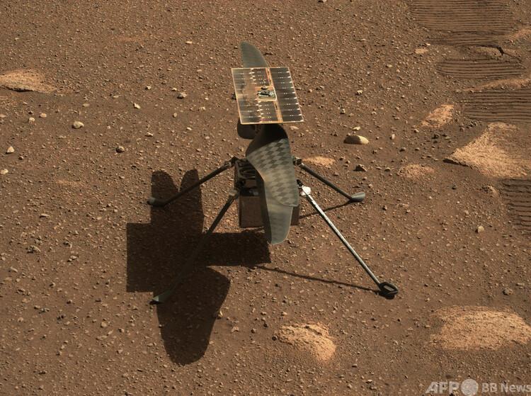 米航空宇宙局(NASA)の小型ヘリコプター「インジェニュイティ」。火星探査車「パーシビアランス」に搭載の、ズーム機能を備えた「マストカメラ」で撮影。NASA提供(2021年4月5日撮影)。(c)AFP PHOTO / NASA/JPL-Caltech/HANDOUT
