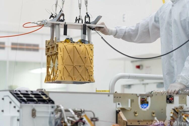 火星探査車「パーシビアランス」に搭載する「火星酸素現地資源利用実験装置(MOXIE)」。米カリフォルニア州パサデナにある米航空宇宙局(NASA)ジェット推進研究所のクリーンルームで(2021 年4月21日提供)。(c)AFP PHOTO / NASA/JPL / Ryan LANNOM