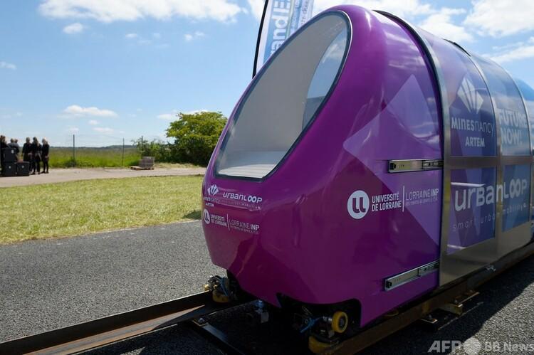 試験運転を実施した「アーバンループ」プロジェクトのカプセル型車両。フランス東部トンブレンヌで(2021年5月28日撮影)。(c)JEAN-CHRISTOPHE VERHAEGEN : AFP